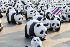Бангкок, Таиланд - 4-ое марта 2016: Выставка выставки путешествия мира 1.600 бумажной скульптур панды mache на королевской площад Стоковое Изображение