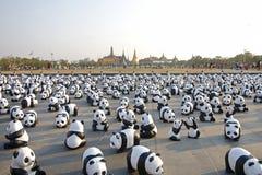 Бангкок, Таиланд - 4-ое марта 2016: Выставка выставки путешествия мира 1.600 бумажной скульптур панды mache на королевской площад Стоковые Фотографии RF