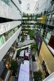 Бангкок, Таиланд - 22-ое ноября 2015: Торговый центр Emquartier (ходить по магазинам класса мира района EM Extraordinaire) на BTS Стоковое Фото