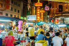 Бангкок, Таиланд - 25-ое сентября: Взгляд городка Китая в Бангкоке, Таиланде Уличные торговцы, пешеходы как locals, так и touri Стоковое фото RF