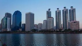 Бангкок, Таиланд - 12-ое февраля 2016: Взгляд и Benchakitti ночи города Бангкока паркуют город Таиланд Бангкока , Timelapse полно сток-видео