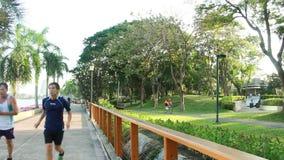 Бангкок, Таиланд - 12-ое февраля 2016: Задействовать и идти в город Таиланд Бангкока парка Benchakitti сток-видео