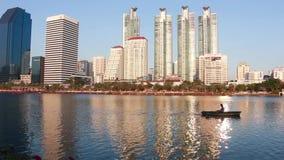 Бангкок, Таиланд - 12-ое февраля 2016: Озеро в городе Таиланде Бангкока парка Benchakitti акции видеоматериалы