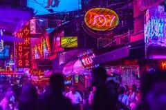 Бангкок, Таиланд - 21-ое февраля 2017: Турист посетил Soi Cowbo Стоковые Изображения