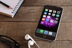 Бангкок, Таиланд - 15-ое февраля 2016: iphone 6 и применение ios Стоковая Фотография