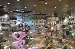 Бангкок Таиланд: 29-ое января 2017 на клиентах дисплея ботинка моды открытия Сиама предлагая выбор Стоковое Фото