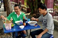 Бангкок, Таиланд: Тайские люди есть на ресторане тротуара Стоковое Изображение RF