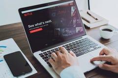 Бангкок, Таиланд - 23-ье августа 2017: Netflix app на экране компьтер-книжки Netflix международное ведущее обслуживание подписки  Стоковое Изображение RF