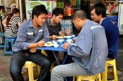 Бангкок, Таиланд: 4 люд есть обед в Чайна-тауне Стоковые Изображения RF