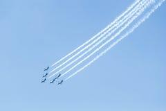 БАНГКОК - 23-ЬЕ МАРТА: Команда двигателя Breitling под королевской выставкой команды Breitling неба и воздуха военновоздушной силы Стоковое фото RF