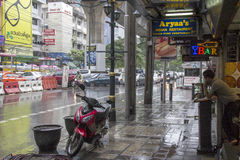 БАНГКОК, THAILAND-SEPT 25TH: Дорога Sukhumvit во время ливня o Стоковые Изображения RF