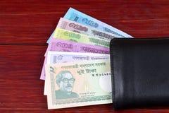 Бангладешские деньги в черном бумажнике стоковые фотографии rf