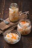 2 банка и малого блюдо sauerkraut на досках Стоковое Изображение RF