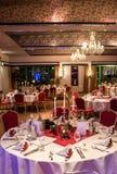 Банкет с блюдами красной скатерти сервировки стола белыми серебрит стекла столового прибора и карточку космоса текста экземпляра  стоковое изображение rf