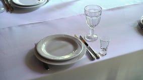 Банкет украсил таблицу, с столовым прибором Оформление свадьбы в зале банкета Сервировка праздничной таблицы, плита, салфетка акции видеоматериалы