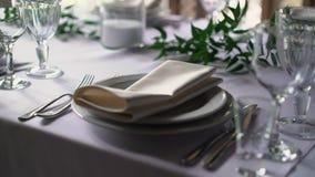 Банкет украсил таблицу, с столовым прибором Оформление свадьбы в зале банкета Сервировка праздничной таблицы, плита, салфетка сток-видео