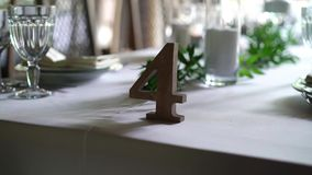 Банкет украсил таблицу, с столовым прибором Оформление свадьбы в зале банкета Сервировка праздничной таблицы, плита, салфетка видеоматериал