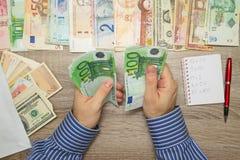 Банкир подсчитывая евро на его таблице офиса, Стоковое фото RF