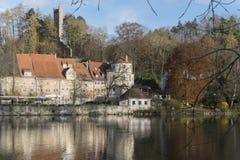 Банки и исторические здания на реке Lech в Landsberg Стоковое фото RF