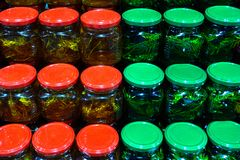 Банки с различными видами меда в рынке Мед с елью и листья липы в консервных банках стоковые фотографии rf
