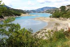 Банки Sandy реки Ubaye, Hautes-Alpes, Франции стоковые фото