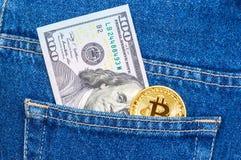 Банкнота 100 американских долларов и золотого Bitcoin stic Стоковые Изображения RF
