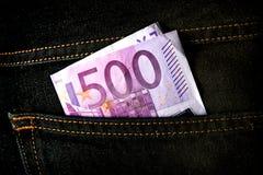 Банкнота 500 евро в карманн джинсов Стоковое Фото