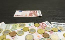 Банкнота 10-евро на таблице стоковое изображение