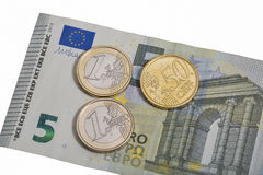 Банкнота евро 5 при монетки изолированные на белом макросе Стоковая Фотография