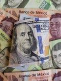 100 банкнота и предпосылок доллара с мексиканскими банкнотами Стоковое Изображение