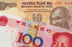 Банкнота юаней китайца 100 с 10 индийскими рупиями стоковые изображения rf