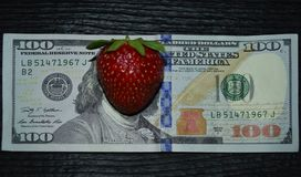 банкнота 100-dollar с клубниками на месте стороны ` s Франклина стоковые фото