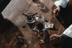 Банкноты, виски и сигары доллара в ashtray Стоковая Фотография RF
