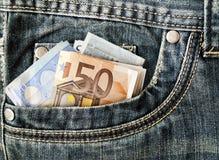 Банкноты в вашем карманн, евро в джинсах Стоковые Изображения RF