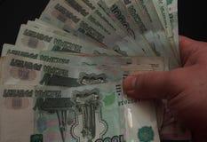 Банкноты в деноминациях тысячи рублей в person& x27; s Стоковые Изображения RF