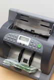 Банкноты в деньгах подсчитывая машину Стоковые Фотографии RF