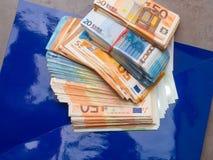 банкноты денег евро, куча денег, наличных денег, стога, новых изолированных счетов, стоковые изображения rf