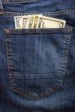 Банкноты доллара в крупном плане джинсов карманном владение домашнего ключа принципиальной схемы дела золотистое достигая небо к  Стоковые Фотографии RF