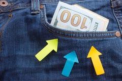 Банкноты доллара в крупном плане джинсов карманном владение домашнего ключа принципиальной схемы дела золотистое достигая небо к  Стоковые Фото