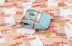 Банкноты доллара лежа над банкнотами русских рублей стоковое изображение rf