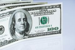 Банкноты доллара на белой предпосылке Стоковые Изображения RF