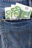 Банкноты 100 евро вставляя из задних джинсов pocket Стоковое Изображение RF