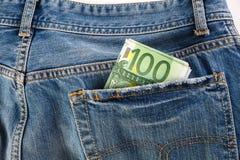 Банкноты 100 евро вставляя из задних джинсов pocket Стоковые Изображения