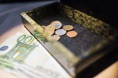 Банкноты евро в коробке и на таблице Стоковые Фотографии RF