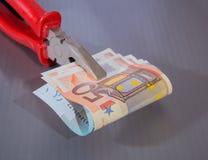 Банкноты евро зажатые в плоскогубцах плоск-носа Стоковые Фотографии RF