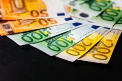 Банкноты евро закрывают вверх Нескольк 100 банкнот евро Стоковые Фотографии RF