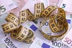 Банкноты евро и желтая рулетка Стоковое Изображение RF