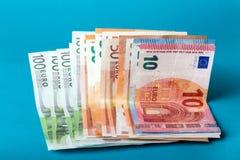 Банкноты евро на голубой предпосылке Стоковые Фотографии RF