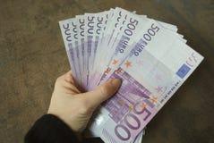 Банкноты евро наличных денег владением руки женщины Стоковые Изображения