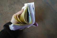 Банкноты евро наличных денег владением руки женщины Стоковое Изображение